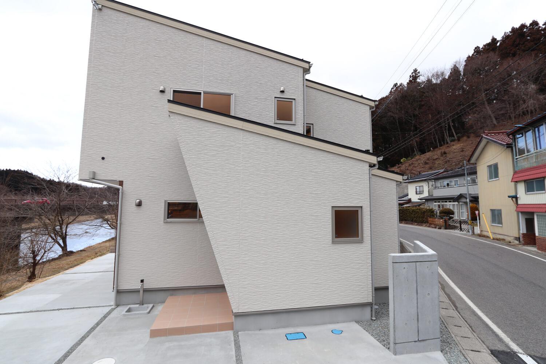 Diagonal wall シンプルモダンの家の画像